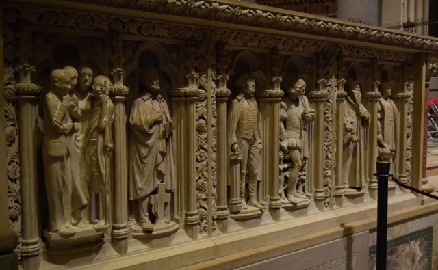 Pulpit wall with statues of world leaders